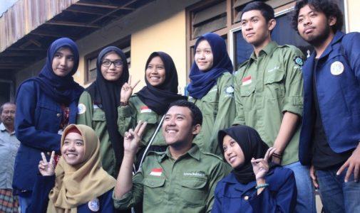 Kelompok Studi Lingkungan Himpunan Mahasiswa Teknik Lingkungan Unair Membuat Pupuk Kompos Takakura