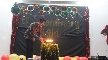 Pak Febri Eko Wahyudianto, S.T, M.T meniup lilin dalam peringatan Dies Natalis ke 11 PSTL Unair